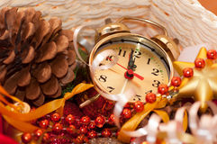 καλάθι με τα παιχνίδια Χριστουγέννων και τα χέρια ρολογιών Στοκ φωτογραφίες με δικαίωμα ελεύθερης χρήσης