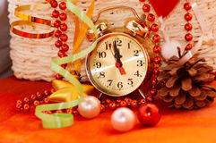 καλάθι με τα παιχνίδια Χριστουγέννων και τα χέρια ρολογιών Στοκ Φωτογραφία