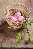 Καλάθι με τα ρόδινα αυγά Πάσχας Στοκ φωτογραφίες με δικαίωμα ελεύθερης χρήσης