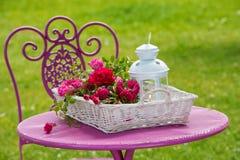 Καλάθι με τα τριαντάφυλλα στοκ φωτογραφία