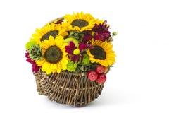 Καλάθι με τα φθινοπωρινά λουλούδια, τα μούρα και τα μήλα Στοκ εικόνα με δικαίωμα ελεύθερης χρήσης