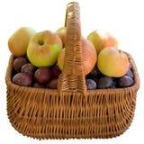 Καλάθι με τα φρέσκα δαμάσκηνα και τα μήλα Στοκ εικόνα με δικαίωμα ελεύθερης χρήσης