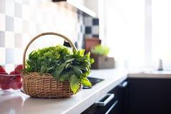 Καλάθι με τα φρέσκα πράσινα Στοκ Εικόνα