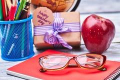 Καλάθι με τα χαρτικά, γυαλιά, σημειωματάριο Στοκ εικόνα με δικαίωμα ελεύθερης χρήσης