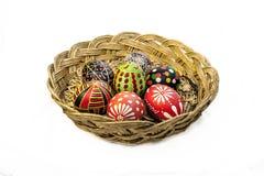 Καλάθι με τα χρωματισμένα αυγά και το καλαμπόκι Πάσχας Στοκ φωτογραφίες με δικαίωμα ελεύθερης χρήσης