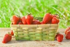 Καλάθι με τις φράουλες Στοκ φωτογραφία με δικαίωμα ελεύθερης χρήσης