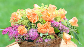 Καλάθι λουλουδιών με τα τριαντάφυλλα και spiraea στον κήπο Στοκ φωτογραφία με δικαίωμα ελεύθερης χρήσης
