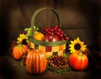 Καλάθι, λουλούδια και Pumkins φρούτων Στοκ φωτογραφία με δικαίωμα ελεύθερης χρήσης