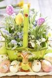 Καλάθι Πάσχας με τα αυγά, τα λουλούδια και bunny Πάσχας Στοκ Φωτογραφία
