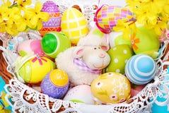 Καλάθι Πάσχας με το ειδώλιο αυγών και προβάτων Στοκ φωτογραφία με δικαίωμα ελεύθερης χρήσης