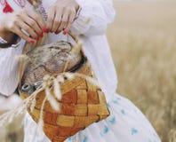 Καλάθι στα χέρια των γυναικών με το ψωμί Στοκ Εικόνες