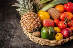 Καλάθι του ξύλου στον πίνακα των περισσότερων φρέσκων φρούτων και λαχανικών Στοκ Εικόνες