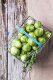 Καλάθι τροφίμων των νεαρών βλαστών των Βρυξελλών Στοκ φωτογραφία με δικαίωμα ελεύθερης χρήσης