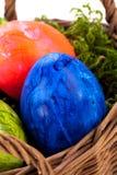 Καλάθι των λαμπρά χρωματισμένων αυγών Πάσχας Στοκ φωτογραφία με δικαίωμα ελεύθερης χρήσης