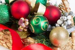 Καλάθι των αντικειμένων Χριστουγέννων Στοκ Εικόνες