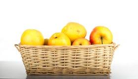 Καλάθι των μήλων που απομονώνονται στο λευκό Στοκ φωτογραφία με δικαίωμα ελεύθερης χρήσης