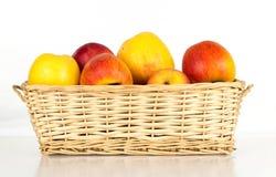 Καλάθι των μήλων που απομονώνονται στο λευκό Στοκ εικόνες με δικαίωμα ελεύθερης χρήσης