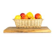Καλάθι των μήλων που απομονώνονται στο λευκό Στοκ Εικόνες