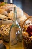 Καλάθι των πατατών έτοιμων για να ξεφλουδιστεί με το ελαιόλαδο προσιτό στοκ εικόνα με δικαίωμα ελεύθερης χρήσης