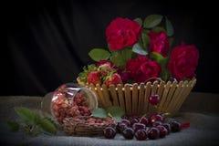 Καλάθι φραουλών με τα τριαντάφυλλα Στοκ εικόνα με δικαίωμα ελεύθερης χρήσης