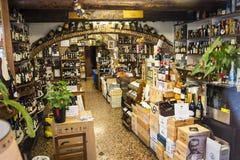 Καλά εφοδιασμένο κατάστημα κρασιού στη Γένοβα Ιταλία Στοκ Εικόνες