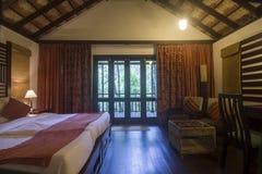 Καλά διακοσμημένο δωμάτιο κρεβατιών με το μπαλκόνι στοκ φωτογραφίες με δικαίωμα ελεύθερης χρήσης