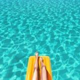 Καλά-καλλωπισμένα πόδια στη λίμνη Στοκ φωτογραφία με δικαίωμα ελεύθερης χρήσης