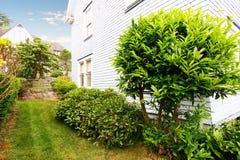 Καλά κρατημένος κήπος γύρω από το σπίτι στοκ φωτογραφία