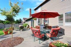Καλά κρατημένος κήπος στο κατώφλι με τη συγκεκριμένη περιοχή patio πατωμάτων στοκ εικόνες με δικαίωμα ελεύθερης χρήσης