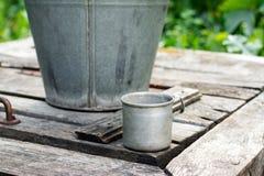 Καλά με έναν κάδο στον κήπο Στοκ εικόνα με δικαίωμα ελεύθερης χρήσης