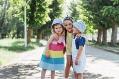 Καλά χαριτωμένα παιδιά που παίζουν στο πάρκο ένα όμορφο καλοκαίρι Στοκ Εικόνα