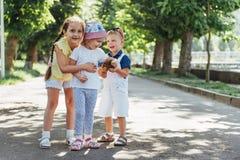 Καλά χαριτωμένα παιδιά που παίζουν στο πάρκο Στοκ εικόνες με δικαίωμα ελεύθερης χρήσης