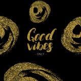 Καλά vibes μόνο - συρμένη η χέρι σύγχρονη καλλιγραφία μελανιού μανδρών βουρτσών με το χρυσό ακτινοβολεί σύσταση Στοκ εικόνα με δικαίωμα ελεύθερης χρήσης