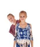 Καλές αδελφές που στέκονται η μια πίσω από την άλλη Στοκ Φωτογραφία
