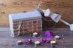 Καλές κασετίνα και στάση-κρεμάστρα κοσμημάτων Κιβώτιο κοσμημάτων στο ξύλινο bekground Στοκ Εικόνες