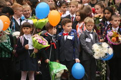 καλέστε πρώτα 1 Σεπτεμβρίου, ημέρα γνώσης στο ρωσικό σχολείο Ημέρα της γνώσης ημερήσιο πρώτο σχολείο Στοκ φωτογραφίες με δικαίωμα ελεύθερης χρήσης