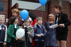 καλέστε πρώτα 1 Σεπτεμβρίου, ημέρα γνώσης στο ρωσικό σχολείο Ημέρα της γνώσης ημερήσιο πρώτο σχολείο Στοκ Εικόνες