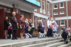 καλέστε πρώτα 1 Σεπτεμβρίου, ημέρα γνώσης στο ρωσικό σχολείο Ημέρα της γνώσης ημερήσιο πρώτο σχολείο Στοκ Φωτογραφίες
