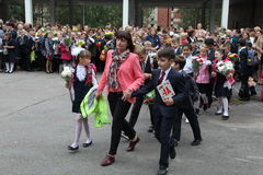 καλέστε πρώτα 1 Σεπτεμβρίου, ημέρα γνώσης στο ρωσικό σχολείο Ημέρα της γνώσης ημερήσιο πρώτο σχολείο Στοκ Φωτογραφία