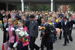 καλέστε πρώτα 1 Σεπτεμβρίου, ημέρα γνώσης στο ρωσικό σχολείο Ημέρα της γνώσης ημερήσιο πρώτο σχολείο Στοκ Εικόνα