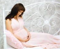 καλή έγκυος γυναίκα Στοκ φωτογραφίες με δικαίωμα ελεύθερης χρήσης