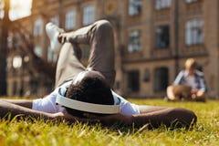 Καλή έξυπνη χαλάρωση τύπων μετά από την πολυάσχολη ημέρα Στοκ φωτογραφία με δικαίωμα ελεύθερης χρήσης