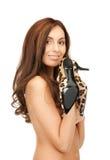 Καλή γυναίκα με τα παπούτσια λεοπαρδάλεων στοκ εικόνες