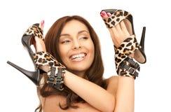 Καλή γυναίκα με τα παπούτσια λεοπαρδάλεων στοκ φωτογραφία με δικαίωμα ελεύθερης χρήσης