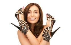 Καλή γυναίκα με τα παπούτσια λεοπαρδάλεων στοκ εικόνα