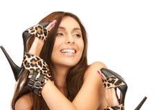 Καλή γυναίκα με τα παπούτσια λεοπαρδάλεων στοκ φωτογραφία