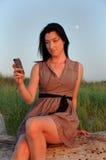 Καλή γυναίκα, πράσινος τομέας, κινητή μουσική στοκ εικόνα με δικαίωμα ελεύθερης χρήσης