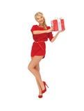 Καλή γυναίκα στο κόκκινο φόρεμα με το παρόν στοκ φωτογραφίες