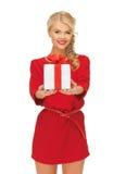 καλή γυναίκα στο κόκκινο φόρεμα με το παρόν στοκ φωτογραφία