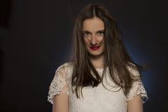 Καλή γυναίκα brunette με τη θαυμάσια τρίχα στο στούντιο Στοκ εικόνα με δικαίωμα ελεύθερης χρήσης
